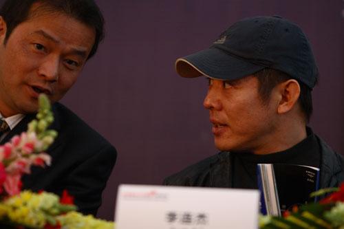 图文-众星闪耀斯诺克中国公开赛李连杰与冯斌低语
