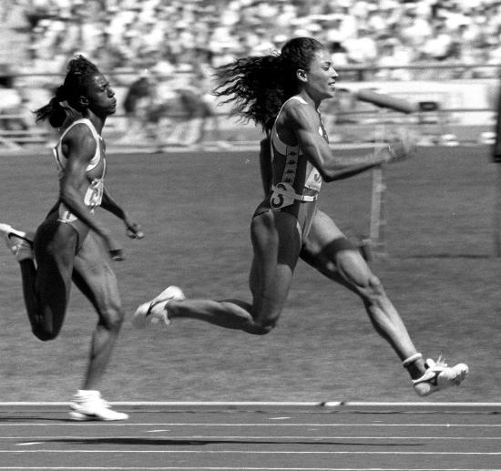 1988年9月25日,在第24届奥运会田径赛上,美国运动员格·乔伊纳