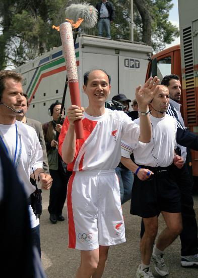 图文-北京奥运会圣火在希腊传递 罗林泉大使