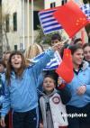 图文-圣火在希腊境内传递第二日 市民高举中国国旗