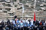 图文-北京奥运圣火传递第五天 五星红旗冉冉升起