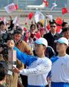 图文-奥运圣火火种抵达首都机场 志愿者慎重持灯