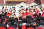图文-天安门奥运圣火欢迎仪式 奔放的民族舞蹈助兴