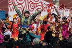 图文-奥运火炬接力启动仪式 民族舞蹈欢迎圣火