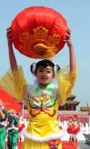 图文-奥运火炬接力在天安门启动 小朋友喜庆装扮