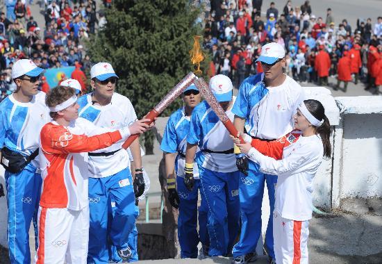 图文-奥运圣火传递第一站 两名火炬手交接火炬
