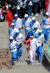 图文-奥运圣火在阿拉木图传递 众多护跑手围绕