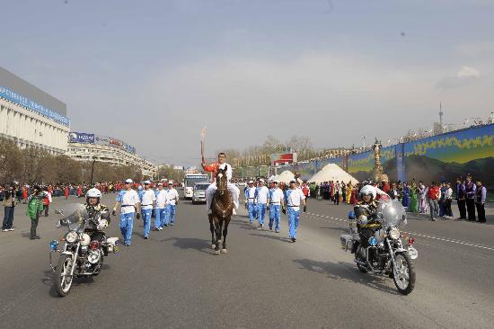 图文-北京奥运圣火在哈萨克斯坦传递 奇特骑马传递