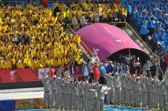 图文-北京奥运圣火在阿拉木图传递 看台上国旗颜色