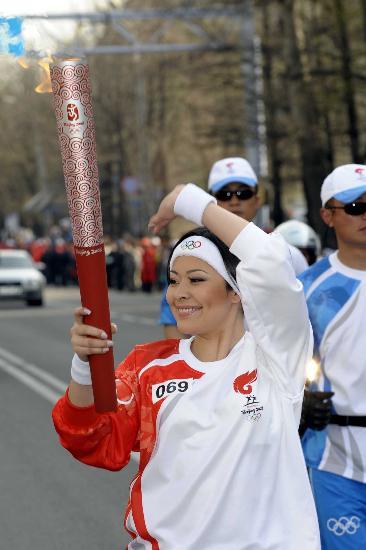 图文-北京奥运圣火在阿拉木图传递 这是个啥姿势?