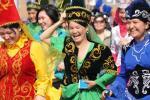 图文-阿拉木图民众迎圣火 中亚人民用舞蹈迎接圣火