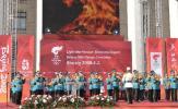图文-阿拉木图民众迎圣火 军乐队也来助助兴
