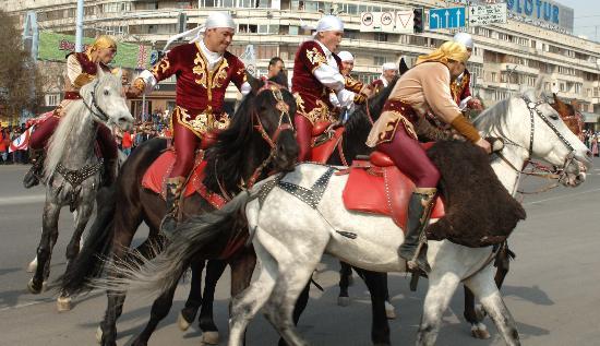 图文-阿拉木图民众迎圣火 骑手展现民族风采