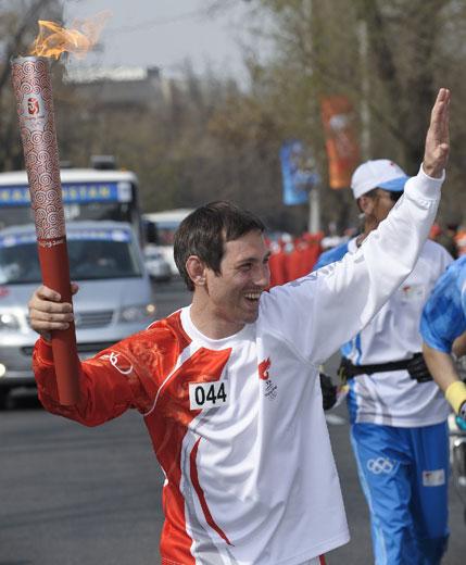 图文-奥运会圣火阿拉木图传递 奥运体操冠军很开心