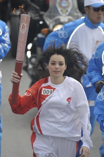 图文-奥运圣火在伊斯坦布尔传递 美少女长发飘飘