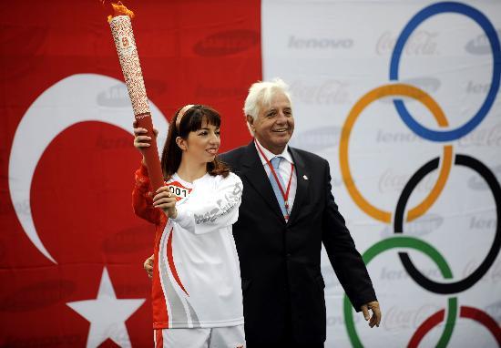 图文-奥运圣火在伊斯坦布尔传递 和平的火炬熊熊燃烧