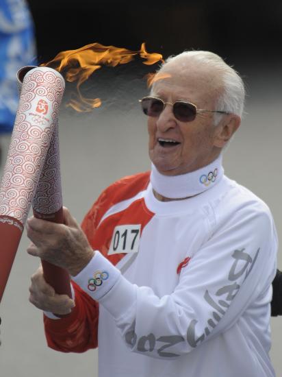 图文-奥运圣火在伊斯坦布尔传递 白发老人心系奥运