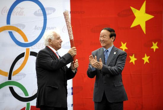 图文-奥运圣火在伊斯坦布尔传递 蒋效愚移交火炬
