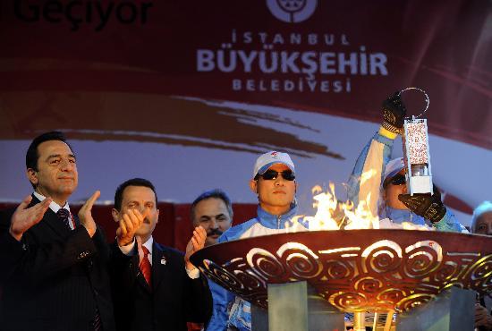 图文-奥运火炬伊斯坦布尔传递 护火手展示火种灯