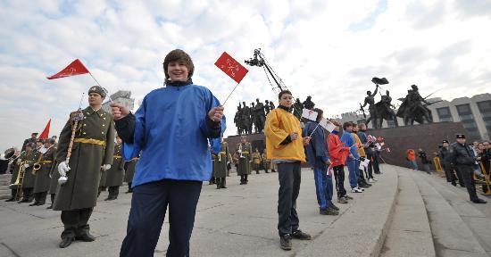 图文-奥运圣火圣彼得堡传递 胜利广场开启传递之旅