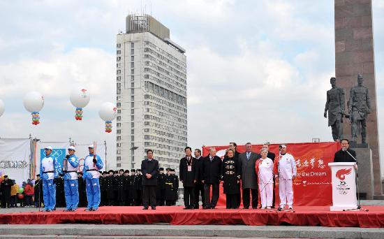 图文-奥运圣火圣彼得堡传递 传递起点胜利广场