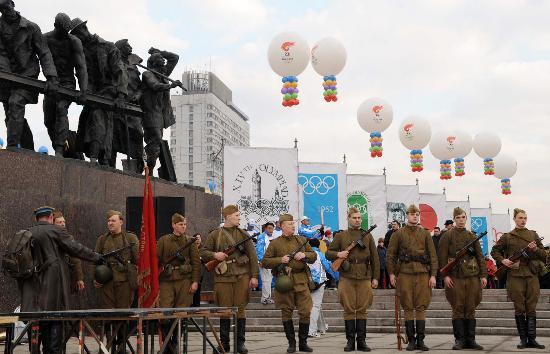 图文-奥运圣火圣彼得堡传递 军人仪仗队整装集合