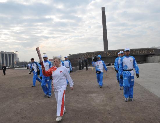 图文-奥运圣火圣彼得堡传递 首棒济宾娜步伐稳健