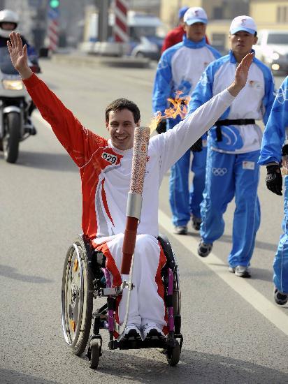 图文-奥运会圣火在圣彼得堡传递 轮椅运动员的风采