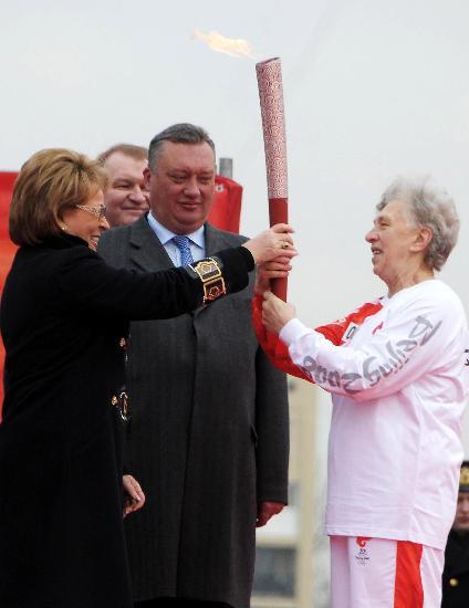 图文-圣火在圣彼得堡传递 市长将火炬交给火炬手