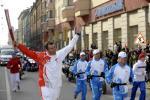 图文-北京奥运圣火在圣彼得堡传递 手擎火炬飞翔