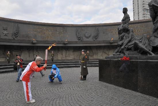 图文-北京奥运圣火在圣彼得堡传递 为了过去的纪念