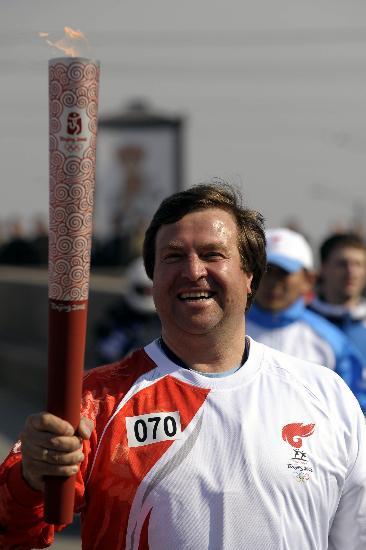 图文-奥运圣火传递在圣彼得堡举行 笑容挂满脸上
