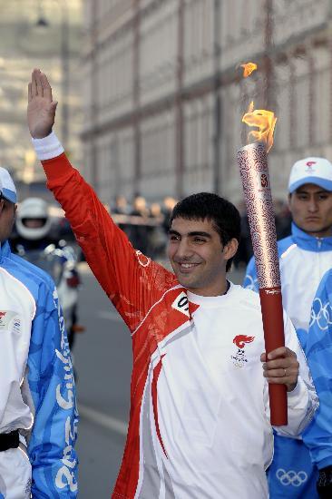 图文-奥运圣火传递在圣彼得堡举行 享受这种感觉
