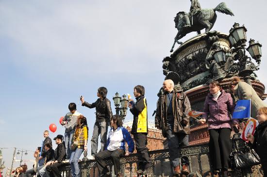 图文-奥运圣火传递在圣彼得堡举行 市民攀高看火炬