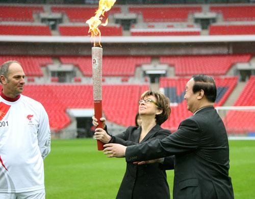 图文-奥运圣火在伦敦传递 起跑仪式上火炬交接