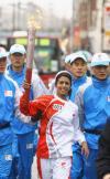 图文-奥运圣火在伦敦传递 火炬手康妮-胡克传递中