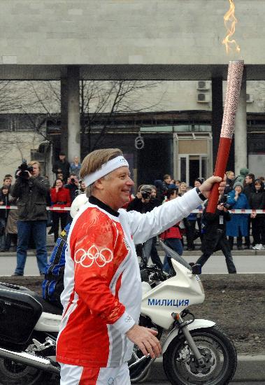 图文-奥运圣火传递在圣彼得堡举行 高举祥云前进