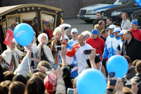 图文-奥运圣火传递在圣彼得堡举行 受到热烈欢迎