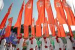 图文-奥运会圣火在圣彼得堡传递结束 彩旗方阵表演