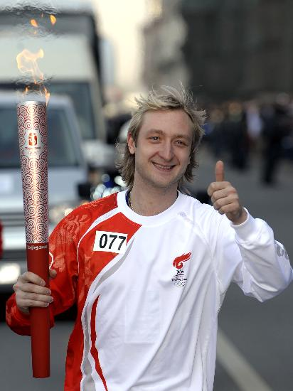 图文-奥运圣火在圣彼得堡传递 普鲁申科微笑迷人