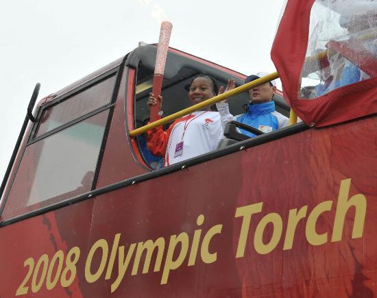 图文-北京奥运圣火在伦敦传递 火炬手巴士上传递