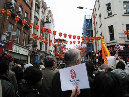 图文-北京奥运圣火在伦敦传递 打出北京奥运的标志