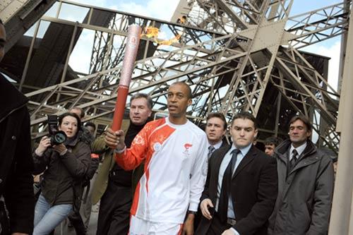 图文-北京奥运圣火在巴黎传递 首棒火炬手迪亚加纳