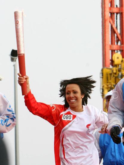 图文-北京奥运圣火在伦敦传递 凯利-霍姆斯女爵士