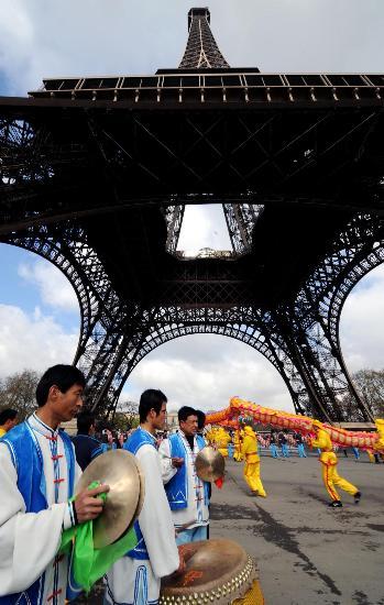 图文-奥运圣火传递在巴黎举行 庆祝活动锣鼓喧天