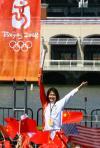 图文-北京奥运圣火在旧金山传递 林莉展示火炬
