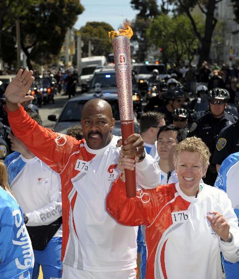 图文-北京奥运会火炬在旧金山传递 迈克丹尼尔斯