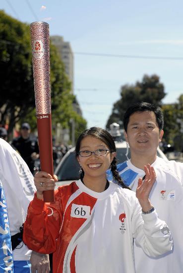 图文-北京奥运圣火在旧金山传递 罗宾-罗手举火炬