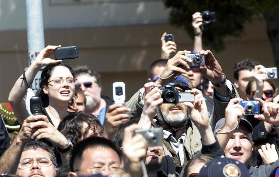 图文-北京奥运圣火在旧金山传递 美国民众拍摄传递