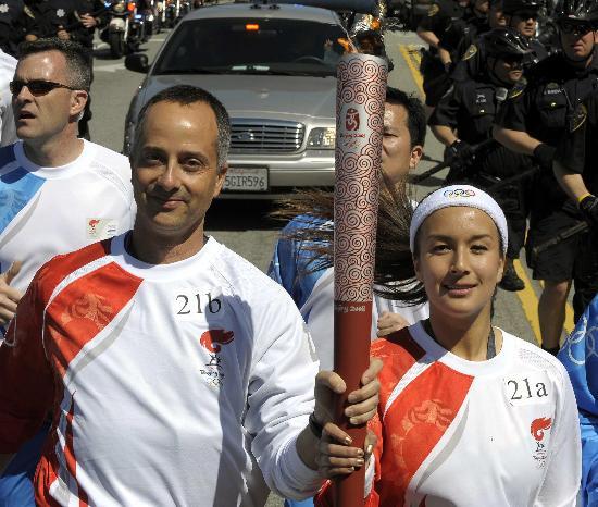 图文-北京奥运会火炬在旧金山传递 共同传递火炬